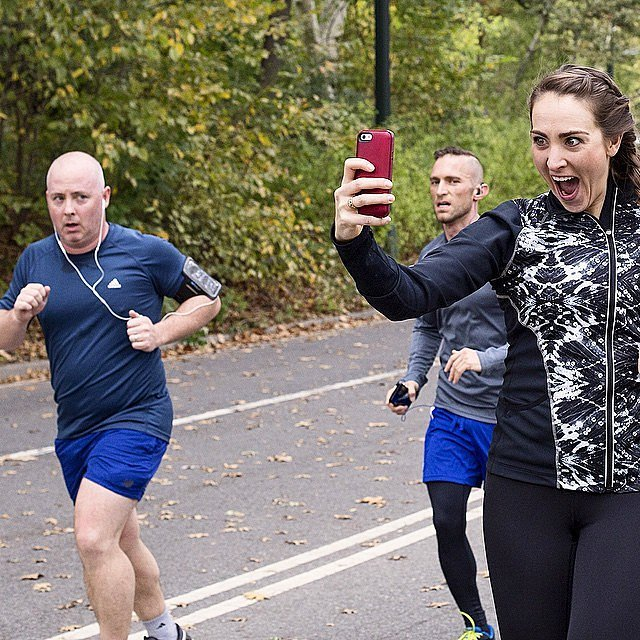 NYC-Marathon-Runner-Took-Funny-Selfies-Guys-During-Race